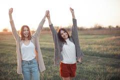 Due belle donne di Yong divertendosi all'aperto Fotografia Stock Libera da Diritti