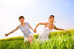 Due belle donne vanno ai fiori gialli Fotografia Stock Libera da Diritti