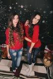 Due belle giovani donne a casa che celebrano nuovo Fotografia Stock Libera da Diritti