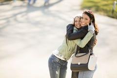 Due belle giovani donne che camminano e che parlano nel immagine stock libera da diritti