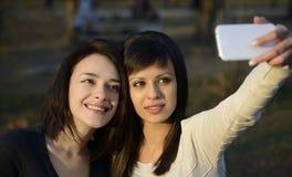 Due belle giovani donne che prendono foto Fotografie Stock