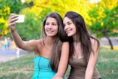 Due belle giovani donne che prendono foto Fotografia Stock Libera da Diritti
