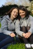 Due belle giovani donne che sorridono in un parco Immagini Stock Libere da Diritti