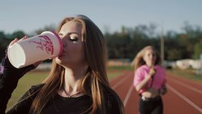Due belle giovani donne di forma fisica che risolvono all'aperto Ragazze di forma fisica allo stadio Nella priorità alta, le beva archivi video