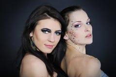 Due belle ragazze alla moda alla moda ai modelli Fotografia Stock Libera da Diritti