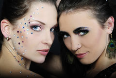 Due belle ragazze alla moda alla moda ai modelli Fotografie Stock Libere da Diritti