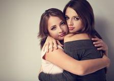 Due belle ragazze calme emozionali che stringono a sé con l'amore e Immagini Stock Libere da Diritti