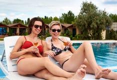 Due belle ragazze in champagne bevente del bikini Fotografie Stock Libere da Diritti