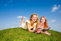 Due belle ragazze con i taccuini all'aperto Immagini Stock Libere da Diritti