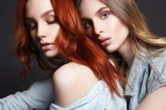 Due belle ragazze Coppie belle Abbraccio delle donne Fotografia Stock