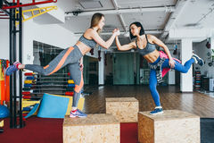 Due belle ragazze insieme in una stanza di forma fisica Fotografie Stock Libere da Diritti