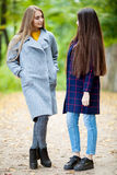 Due belle ragazze nella foresta di autunno Fotografia Stock