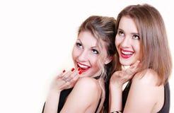 Due belle ragazze sorprese sorridenti Fotografia Stock