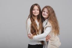 Due belle ragazze su fondo bianco Fotografia Stock Libera da Diritti