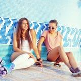 Due belle ragazze sul pavimento di un raggruppamento vuoto Fotografia Stock Libera da Diritti