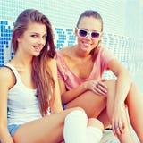 Due belle ragazze sul pavimento di un raggruppamento vuoto Immagini Stock Libere da Diritti