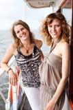 Due belle ragazze sulla piattaforma della nave Fotografia Stock