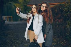 Due belle sorelle immagini stock