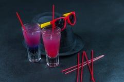 Due bevande colorate, una combinazione di blu scuro con la porpora, Immagini Stock