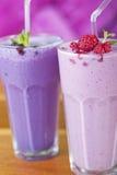 Due bevande dello smoothie della frutta fotografie stock
