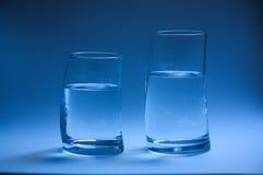 Due bicchieri d'acqua curvi Immagine Stock Libera da Diritti