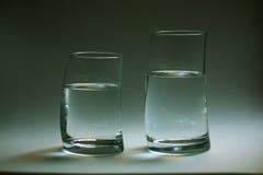 Due bicchieri d'acqua curvi Fotografia Stock Libera da Diritti