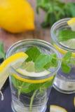 Due bicchieri d'acqua, limone e mente Fotografia Stock Libera da Diritti