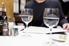 Due bicchieri d'acqua su una tavola in un ristorante Immagine Stock