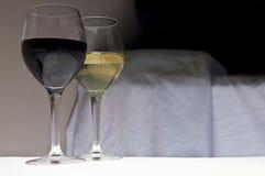 Due bicchieri di vino accanto al letto Sera romantica Fotografie Stock Libere da Diritti