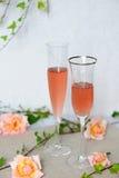 Due bicchieri di vino con il vino del rosè Immagine Stock Libera da Diritti