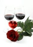 Due bicchieri di vino, cuore e sono aumentato fotografia stock