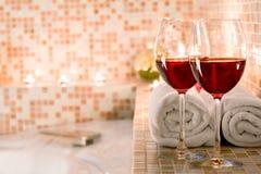 Due bicchieri di vino e candele brucianti di primo piano Fotografia Stock