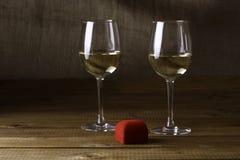 Due bicchieri di vino e contenitori di anello Immagine Stock Libera da Diritti