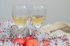 Due bicchieri di vino, frutti e decorazioni Immagini Stock
