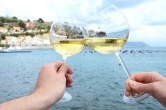 Due bicchieri di vino nelle mani Immagini Stock