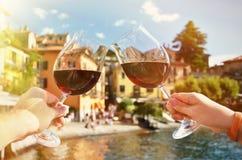 Due bicchieri di vino nelle mani Immagine Stock Libera da Diritti