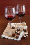 Due bicchieri di vino su una tavola di legno Caramelle Fotografie Stock Libere da Diritti