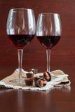 Due bicchieri di vino su una tavola di legno Caramelle Fotografia Stock Libera da Diritti