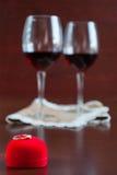 Due bicchieri di vino su una tavola di legno Mani Fotografie Stock