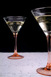 Due bicchieri di vino sulla tovaglia bianca Fotografia Stock