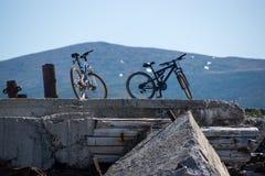 Due bici su un vecchio pilastro abbandonato fotografia stock