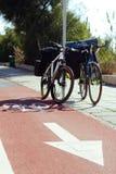 Due bici sulla pista ciclabile rossa Immagini Stock Libere da Diritti