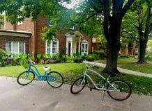 Due biciclette parcheggiate davanti alla casa tradizionale dell'alta società Fotografia Stock