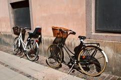 Due biciclette su una via della città Fotografia Stock
