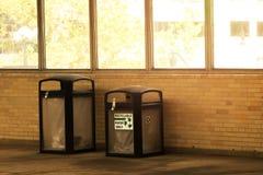 Due bidoni della spazzatura si avvicinano alla finestra Fotografia Stock Libera da Diritti