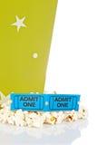 Due biglietti e benne del popcorn Fotografia Stock Libera da Diritti