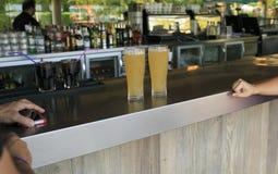 Due birre nella barra fotografia stock libera da diritti