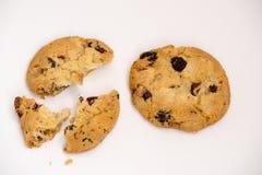 Due biscotti con l'uva passa tagliata nei pezzi Immagini Stock