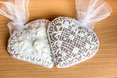 Due biscotti del cuore del pan di zenzero sulla tavola di legno Fotografia Stock