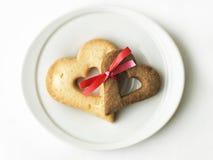 Due biscotti in forma di cuore legati insieme fotografie stock libere da diritti